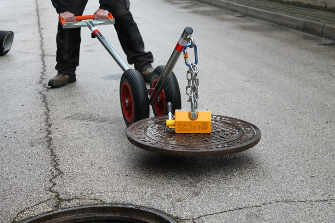 Magnetica Manhole Cover Lifter