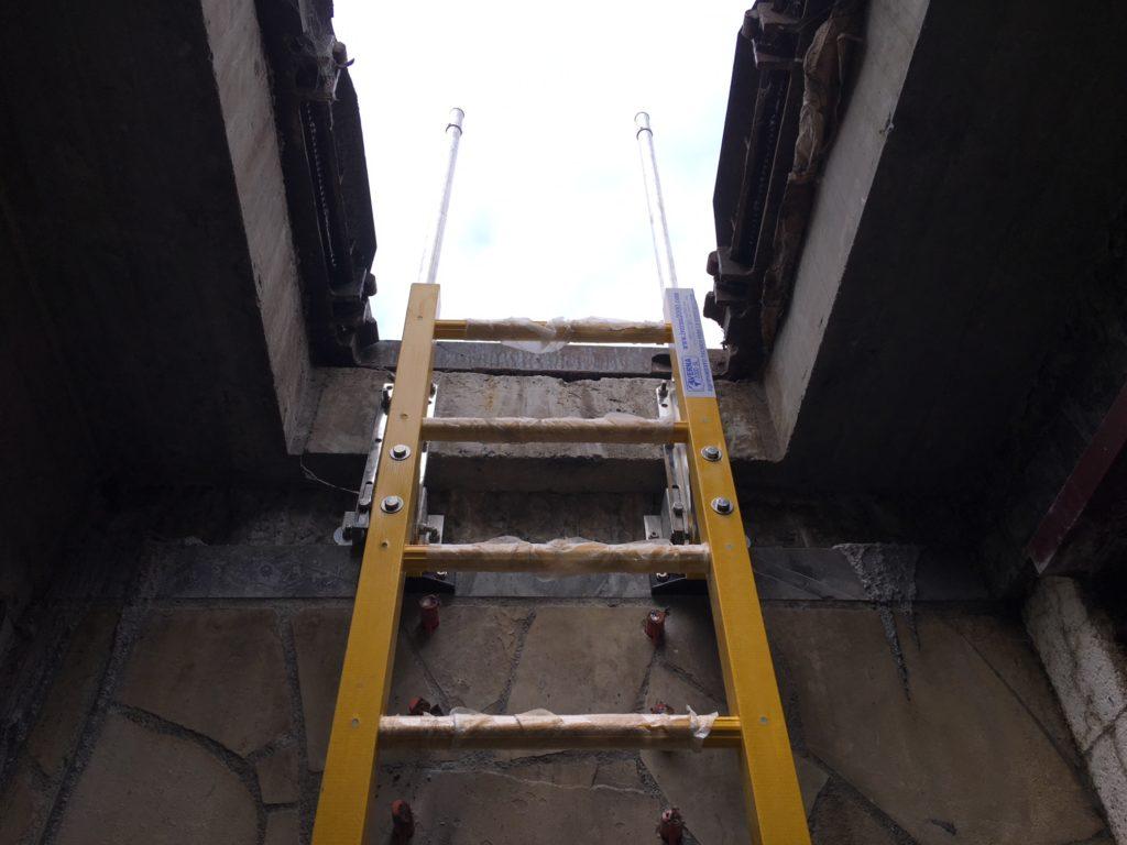 escalera de fibra de vidrio acceso pozo
